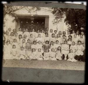 אמה ותסי בבית הספר: אמה עומדת בשורה האחרונה, הרביעית מימין, תסי יושבת בשורה השנייה, השנייה משמאל