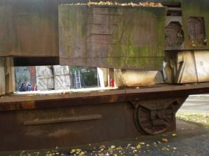 יד זכרון במקום בו עמד בית הכנסת, בצורה של קרון רכבת