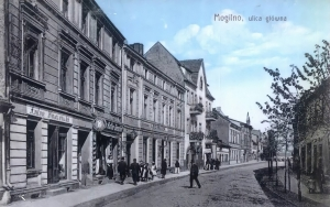 Mogilno, Main Street (Hauptstrasse) around the time when Isidor Lewin had his shop (can be seen behind the man crossing the road)