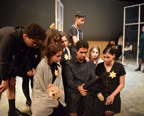 תלמידי הגימנסייה Tiergarten במחזה על השואה