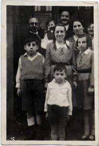 בני משפחת גוטפלד יחד עם המורה לצרפתית שהתארח אצלם
