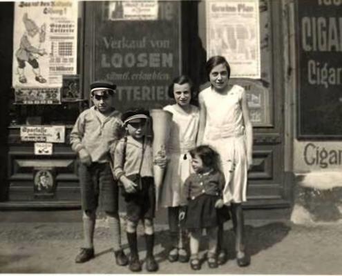 The 5 Gottfeld children (1931) in the Moabit neighborhood; from left: Alfred, Fritz (on the day he started school), Hanni, Inge Hilde
