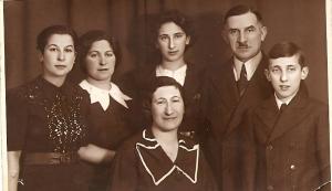 טוביאס, שתי בנותיו אורסולה (Ursula) ורות (Ruth) (משמאל), אשתו שרלוטה (Charlotte) וילדיה (1939)