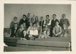 Graduating class of Diez high school 1933: Karl leaning on the wall with his hand