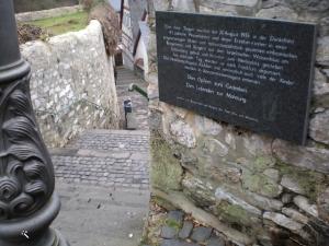 לוחית הזכרון במורד המדרגות למרכז העיר