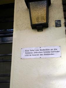 הפנייה ליד הזכרון לתלמידים היהודים בתוך בית הספר
